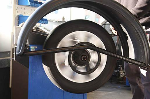 Для чего нужна балансировка колес